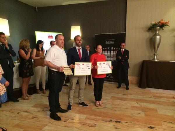 Entrega del premio por Guillermo Beltrán