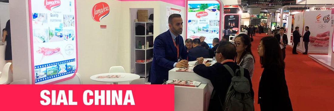 """La exposición de innovación de alimentos más grande de Asia, SIAL CHINA, se celebró del 14 al 19 de mayo del presente, en el Nuevo Centro Internacional de Exposiciones de Shanghai, China. Este año, la muestra celebraba su vigésimo aniversario, ofreciendo a expositores (4.300) y visitantes (112.000) sus mejores galas. SIAL CHINA supone para Famadesa una oportunidad única para potenciar el conocimiento y crecimiento que tiene del mercado asiático. El equipo de exportación de Famadesa, presente desde hace años, reconoce este espacio como una puerta de entrada a los mercados emergentes de Asia y ha vuelto a cerrar una interesante agenda de contactos comerciales en la presente edición Éste es precisamente el objetivo de la exposición, según reconoció el Sr. Jim Liu, presidente de SIAL China, en la gala de inauguración: """"ya sea que su objetivo sea comprender más sobre el dinámico mercado asiático o presentar productos a visitantes del mundo a través de nuestros eventos profesionales, sistema de emparejamiento en línea y eventos de mercadeo, SIAL China es una manera conveniente y efectiva de iniciar un diálogo con su clientes específicos y socios""""."""